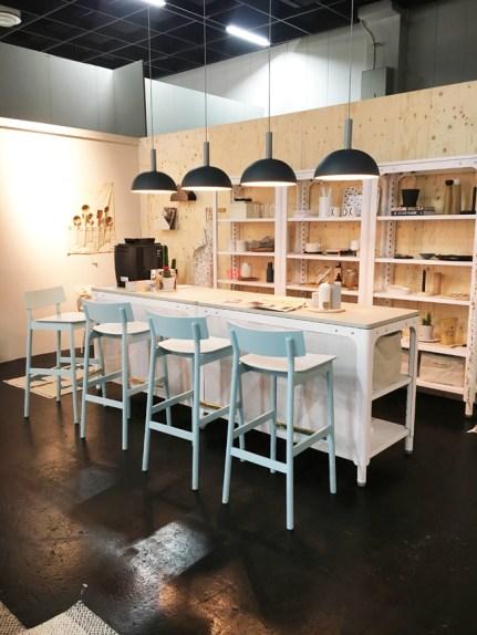 Blogger Trend Show: Holly Becker vom Blog Decor8 auf der IMM Cologne 2017 Küchentheke mit Stühlen von WOUD