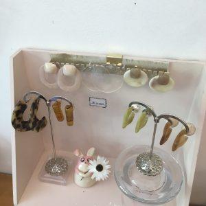 Boucles d'oreilles acrylique colorés pastel ecailles perle rose blanc Happy Sisyphe Boutique Lyon