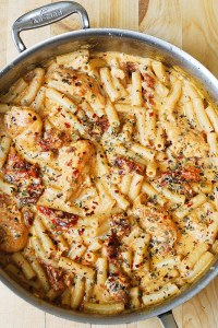One pot chicken mozzarella pasta with sun dried tomatoes. Great collection of 3 one pot meal Pinterest recipes. Curated by Happy Stylish Fit, featuring recipes from Skinny Taste, Julia's Album, and Damn Delicious.