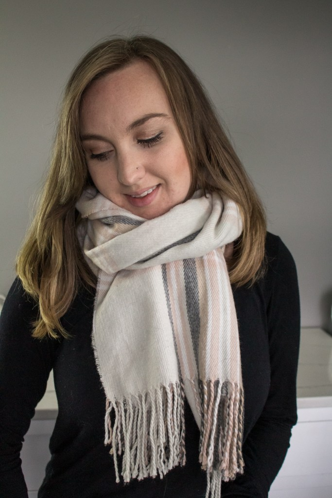 10 Ways to wear a blanket scarf including this wrap and tie. With video tutorial! #BlanketScarf #FallFashion #WinterFashion #MomFashion