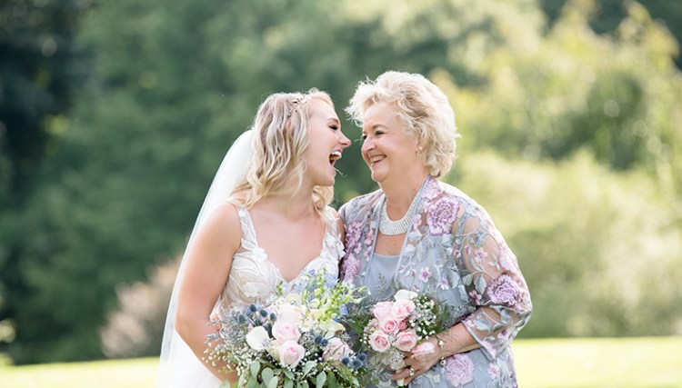 What is difference between Candid Photography and Traditional Photography  in wedding? - Happy Wedding App