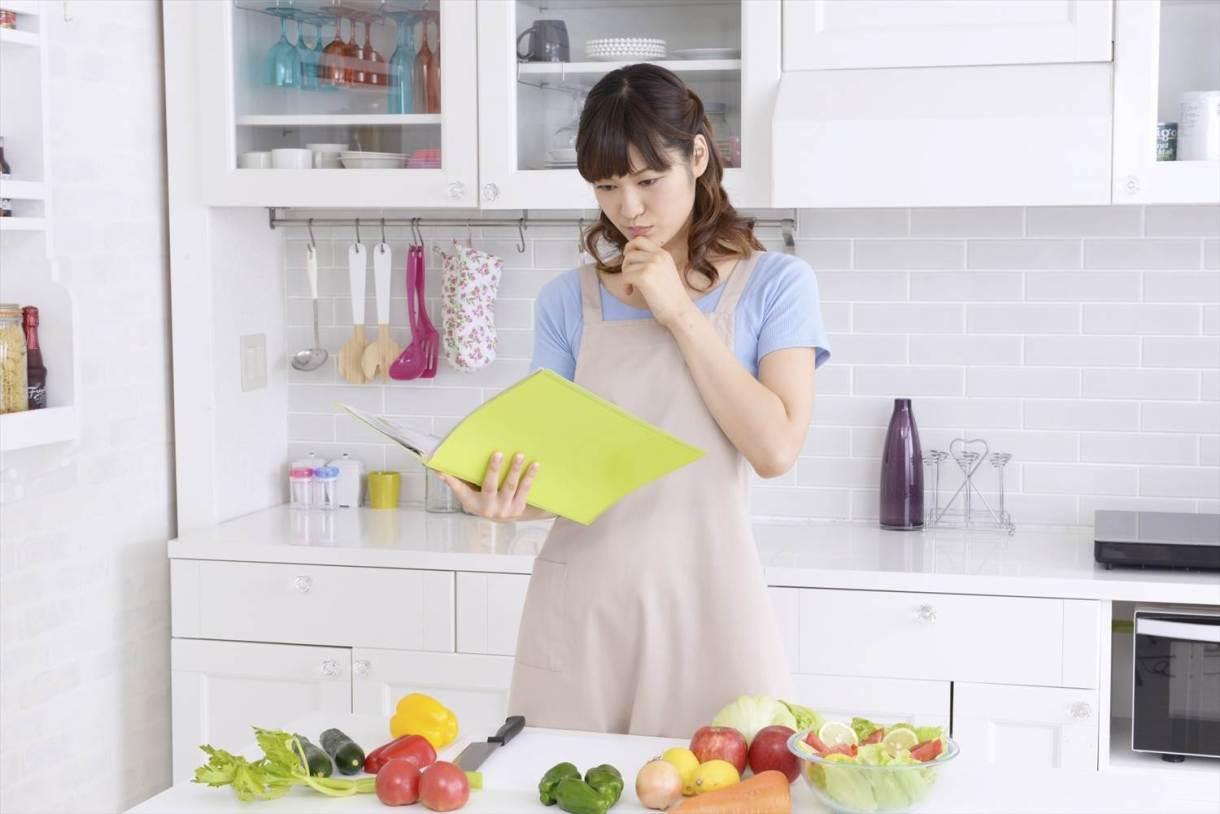 腎臓病食事レシピを見て悩む女性
