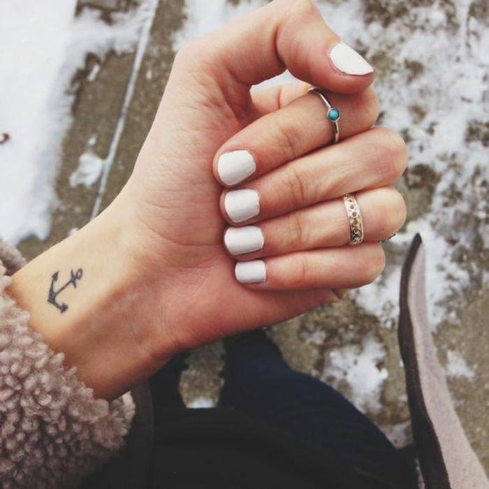 Ideas de tatuajes pequeños y atractivos con fotos - tatuaje de ancla