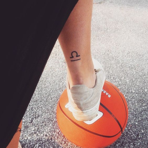 tatuaje de libra - tatuaje femenino signo zodiacal libra