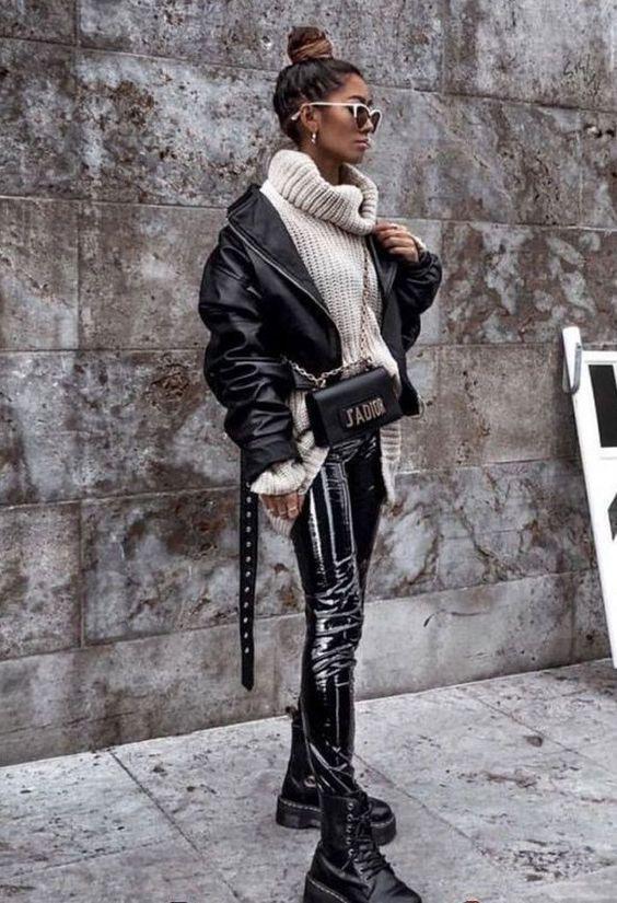 look de pantaones de piel falsa, pantalones de cuero negros , leggings cuerina- outfit invierno 2020
