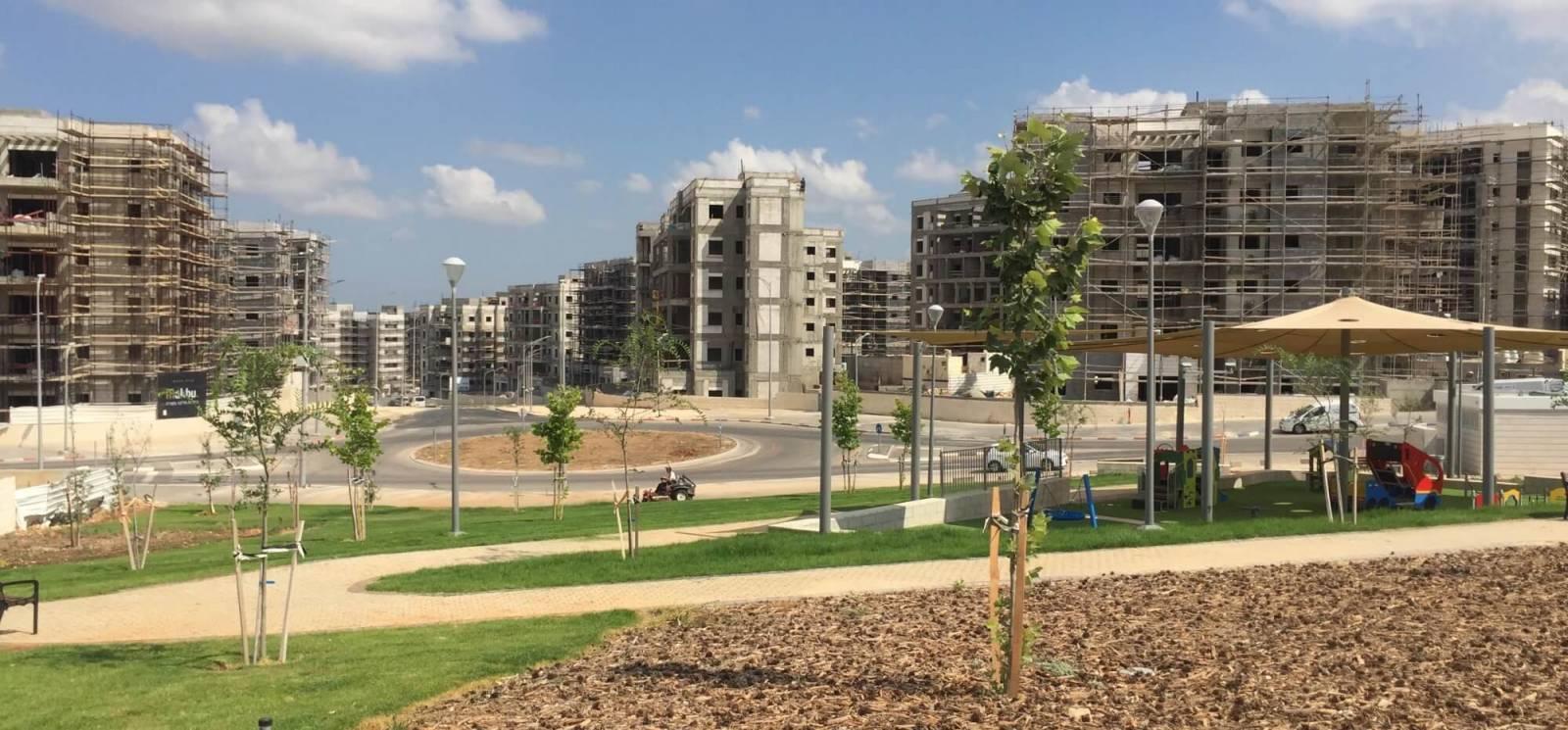 גינה ציבורית מוכנה בחריש לפני בנייני המגורים