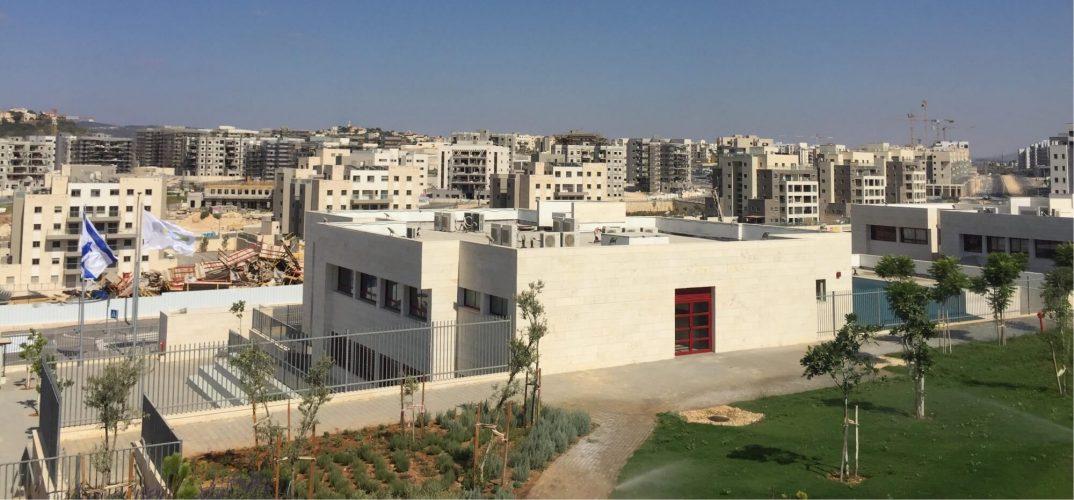 בית ספר בחריש על רקע הבניה בעיר