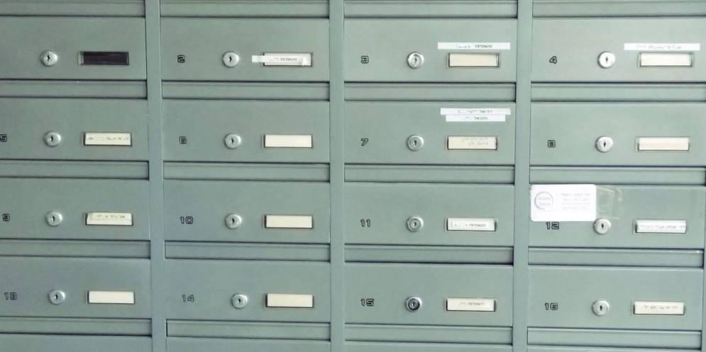 תיבות דואר בבניין מגורים בחריש