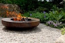 Eine Feuerschale für gemütliche Stunden im Familiengarten