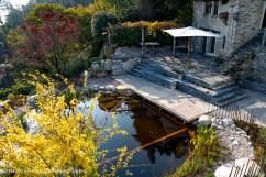 naturnaher Badeteich mit Holzdeck Tessin mediterraner Garten