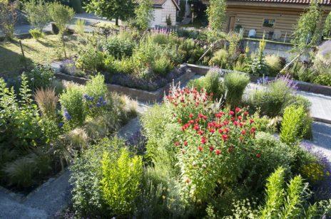 Blick über den farbenfrohen Bauerngarten