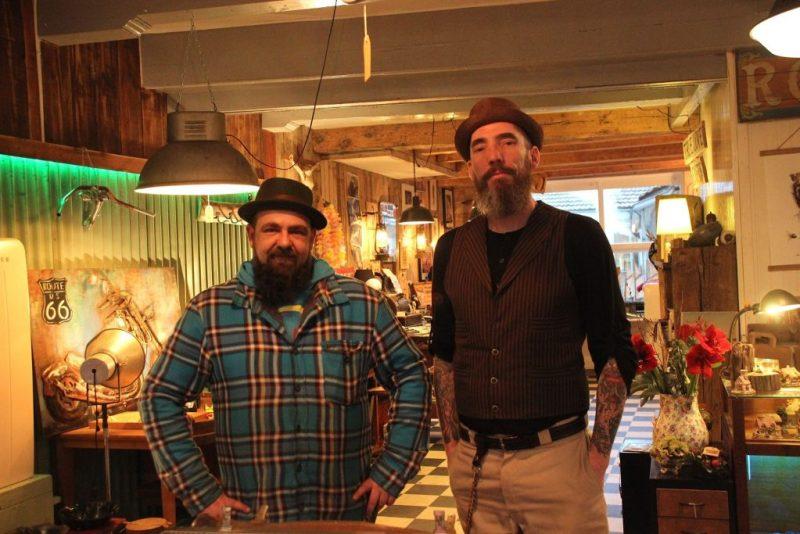 Willy van Rootwood en barbier John