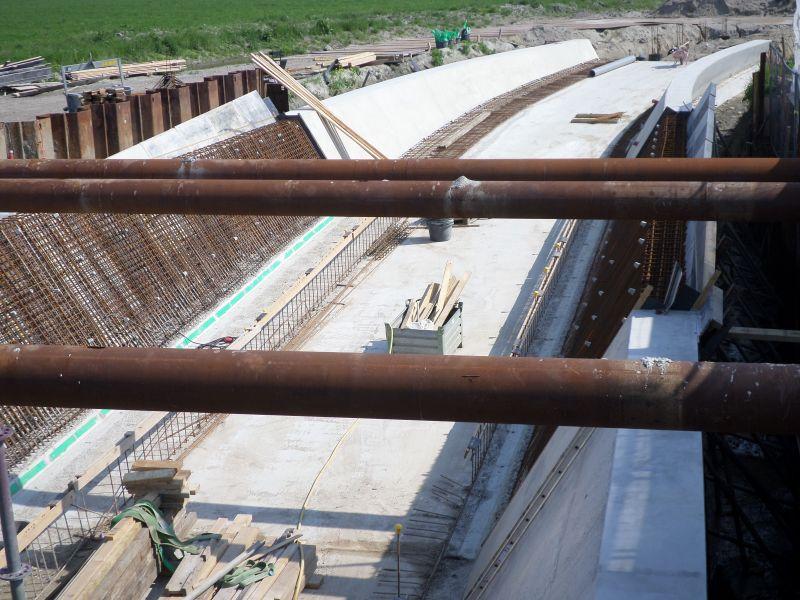 Dag van de Bouw! 'De ijzermassa die in het betonnen dek van de fietstunnel wordt verwerkt, en de toe-rit naar de tunnel aan de Oostkant.' - Foto en verslag: Theo Moras