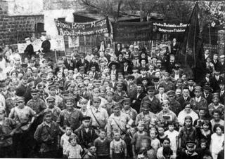 Bild: Sympathisanten der Kommunistischen Partei Deutschlands mit ihren Kindern vor der Ludwig-Jahn-Turnhalle in Eisleben. Dieses Bild ist gemeinfrei, weil seine urheberrechtliche Schutzfrist abgelaufen ist.