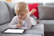 خبراء يحذرون من «إفراط» الأطفال في استخدام الهواتف والأجهزة اللوحية