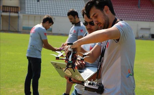 طلاب أتراك يطورون طائرة مسيرة تساهم في جهود الإغاثة أثناء الكوارث