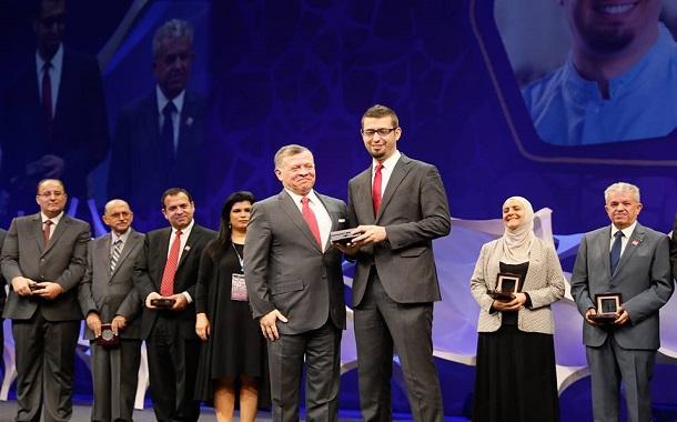 الملك يكرم مجموعة من العلماء الأردنيين