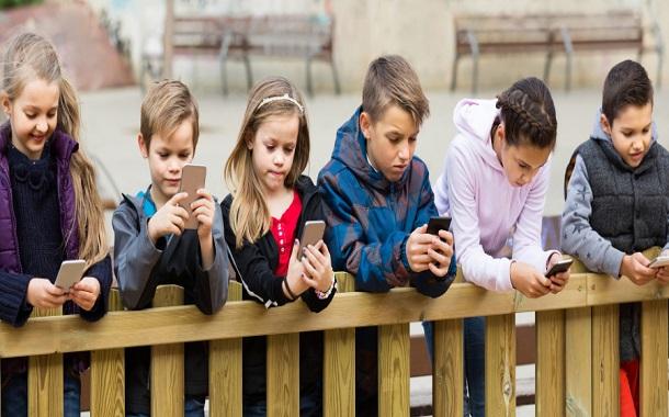 طبيب نفسي : على الحكومة أن تطلب من الآباء عدم إعطاء الهواتف الذكية لمن تقل أعمارهم عن 11 عاماً