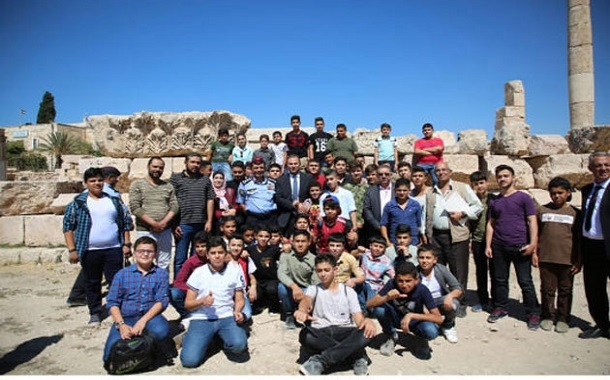 طلبة مدارس يشاركون باحتفالات يوم السياحة العالمي