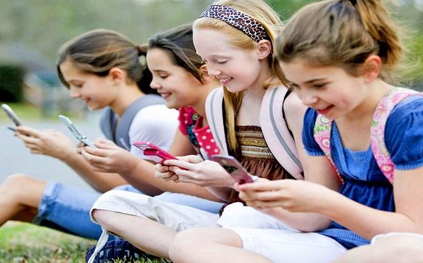 منع الأطفال من استخدام الأجهزة الذكية وقت العشاء ووقت النوم قد يجنبهم أضرارها
