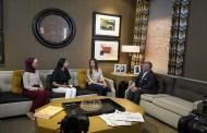 الملك في مقابلة مع طالبات من جامعتي الأردنية واليرموك