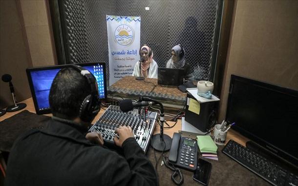 """""""شمس"""".. أول إذاعة للمكفوفين في غزّة"""