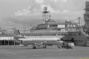 羽田ターミナルとYS11 今井友久(1972年写)