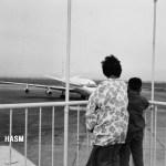 羽田空港のフィンガー風景(1965年(昭和40年)頃) スカンジナビア航空のダグラスDC-8が到着。(森)