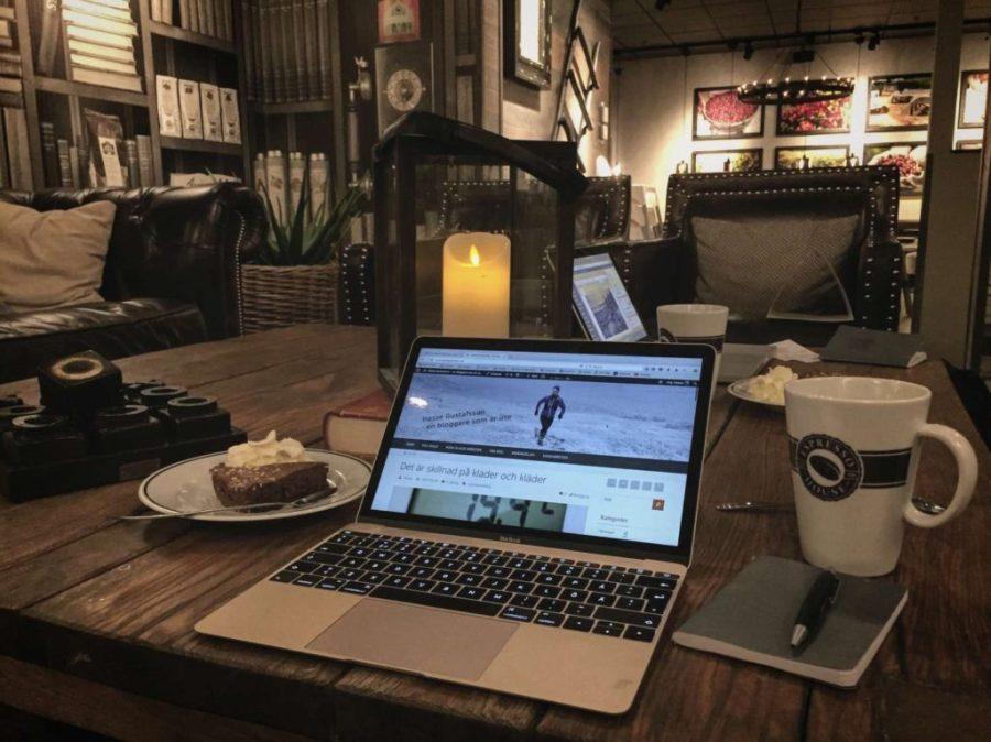 Bloggjobba på café