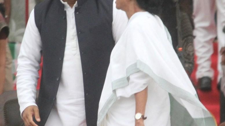 West Bengal Chief Minister Mamata Banerjee with Samajwadi Party chief Akhilesh Yadav at the swearing in ceremony of Karnataka Chief Minister H.D.Kumaraswamy in Bengaluru on May 23, 2018. (Photo: IANS)
