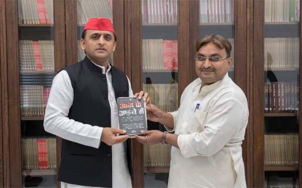 Akhilesh Yadav with prof. Ravi Kant of Lucknow University