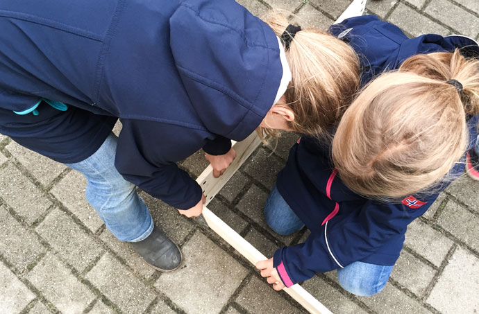 Wir haben im Schulgarten ein Hochbeet gebaut.