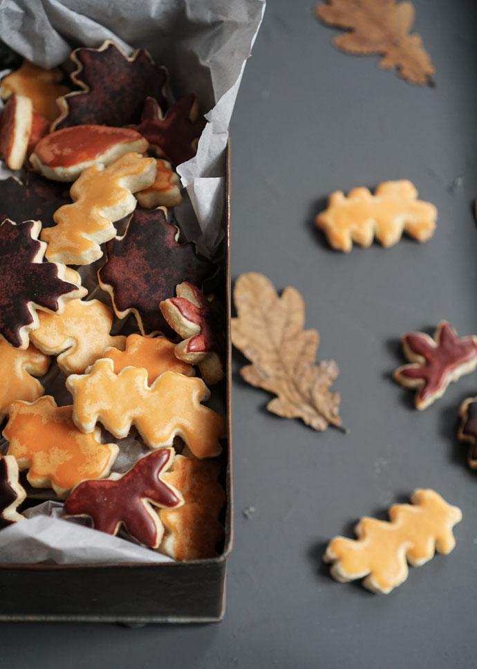 Weihnachtsplätzchen aus Dinkel in Blätterform