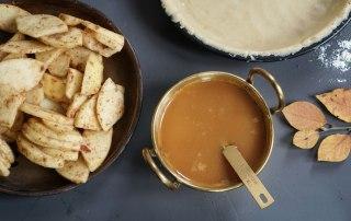 Zutaten für Amerikanischen Apple Pie mit salziger Karamellsauce.
