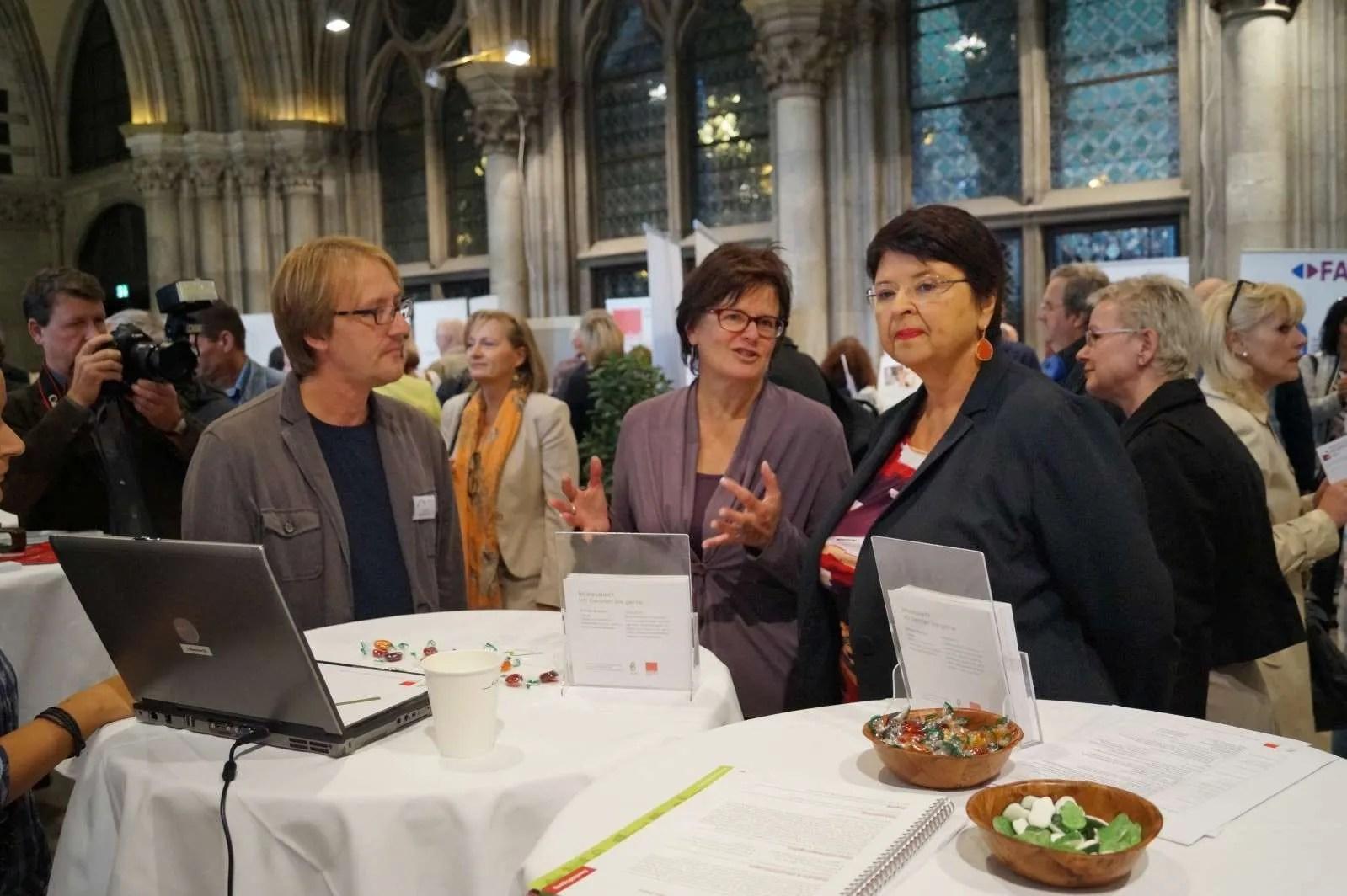 von links nach rechts Projektleiter Haus Aktiv Roman Bischof, AMS Wien- Chefin Petra Draxl,Wirtschaftsstadträtin und Vizebürgermeisterin Renate Brauner