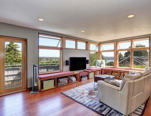 Helles Zimmer mit normalen Fenstern