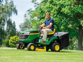 Der neue John Deere Rasentraktor X135R ist für diejenigen interessant, die auch bei kleiner Rasenfläche Spaß am Traktorfahren haben möchte. Kompakt und wendig bringt das Rasenmähen einfach mehr Spaß. (Foto: John Deere)