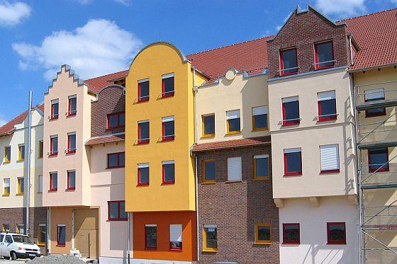 Mit pastösen Putzen sind auch bunte Hausfassaden kein Problem. (Foto: djd/Fachgruppe Putz & Dekor)