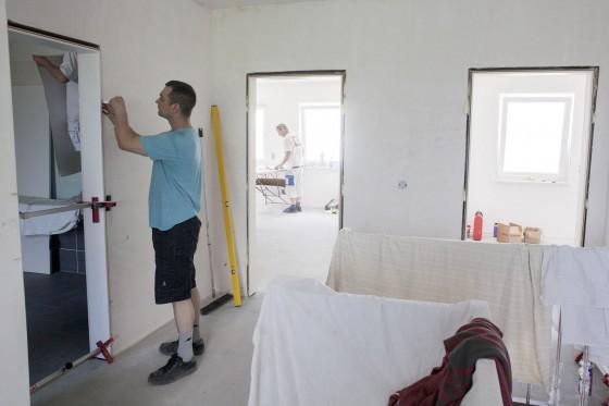 """Schwellenlose Raumübergänge, breite Türdurchgänge: Vieles, was das Haus """"altersgerecht"""" macht, lässt sich schon bei der Planung eines Neubaus berücksichtigen (Foto: djd/Bauherren-Schutzbund)"""