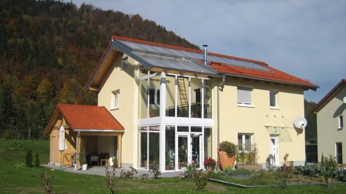 """Im Unterschied zu anderen Niedrigenergie- und Passivhäusern benötigt das """"Haus-im-Haus-Prinzip"""" weder Dampfsperren noch eine Lüftungsanlage. (Foto: djd/Bio-Solar-Haus GmbH)"""
