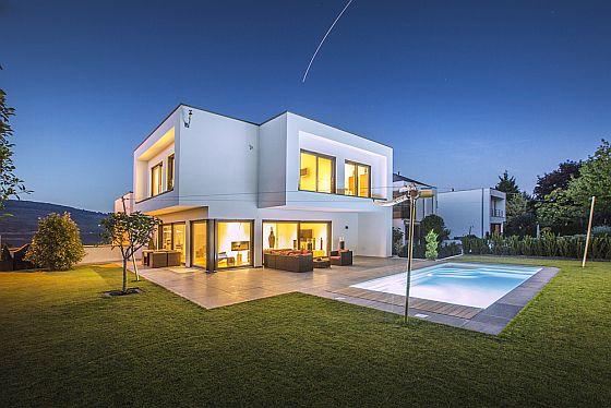 Mit innovativen Ideen beim Hausbau setzt die Deutsche Fertighaus Holding AG Maßstäbe in Energieeffizienz und Nachhaltigkeit. (Foto: Okal Haus GmbH)