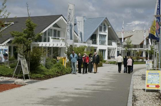 Durchschnittlich 134 Quadratmeter, moderne Küche und Garten - so sieht das Traumhaus der Deutschen aus. Solche Häuser hat jedes Hausbauunternehmen im Angebot.