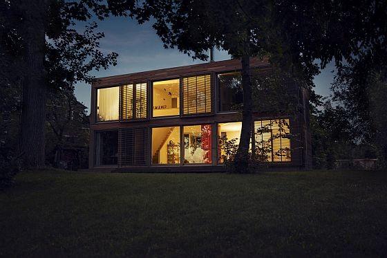 Mit Philips WarmGlow LED-Lampen kann man auch bei geringer Helligkeit mit einem warmen orange-Farbton Wärme und Gemütlichkeit schaffen. (Foto: Philips)
