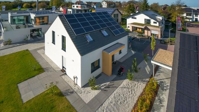 In der FertighausWelt Wuppertal können Bauinteressierte die neuen Effizienzhäuser Plus als Musterhäuser in Fertigbauweise erleben. (Foto: BDF)