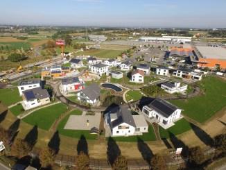 Alle 17 Musterhäuser der FertighausWelt Günzburg sind in eine gemeinsame Gartenanlage integriert. Foto: BDF/Sebastian Bahr