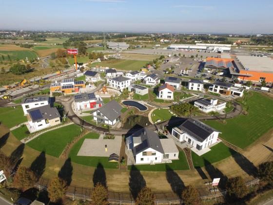 Alle 17 Musterhäuser der FertighausWelt Günzburg sind in eine gemeinsame Gartenanlage integriert. (Foto: BDF)