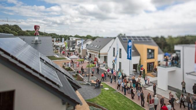 """Der """"Tag der Musterhäuser"""" lockt bundesweit viele Tausend Besucher in die Hausausstellungen. Foto: BDF/Sebastian Bahr"""