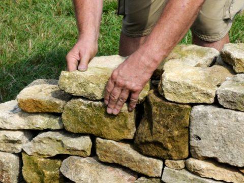 steinmauern im garten im garten eine steinmauer errichten » diese möglichkeiten