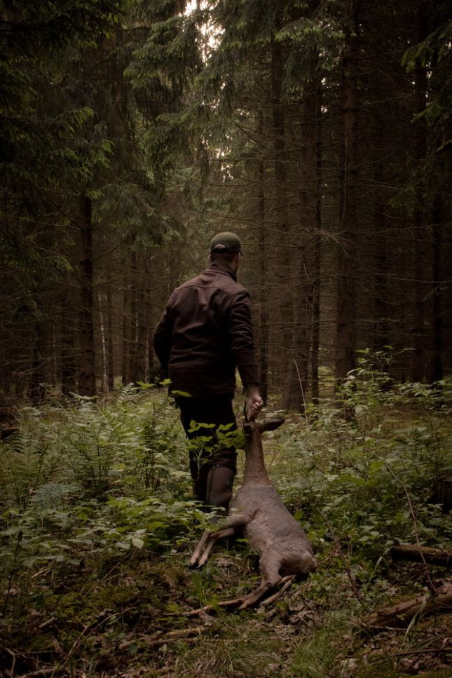 Ein Jäger hat im Wald ein Reh erlegt. Jetzt wird er es verarbeiten.