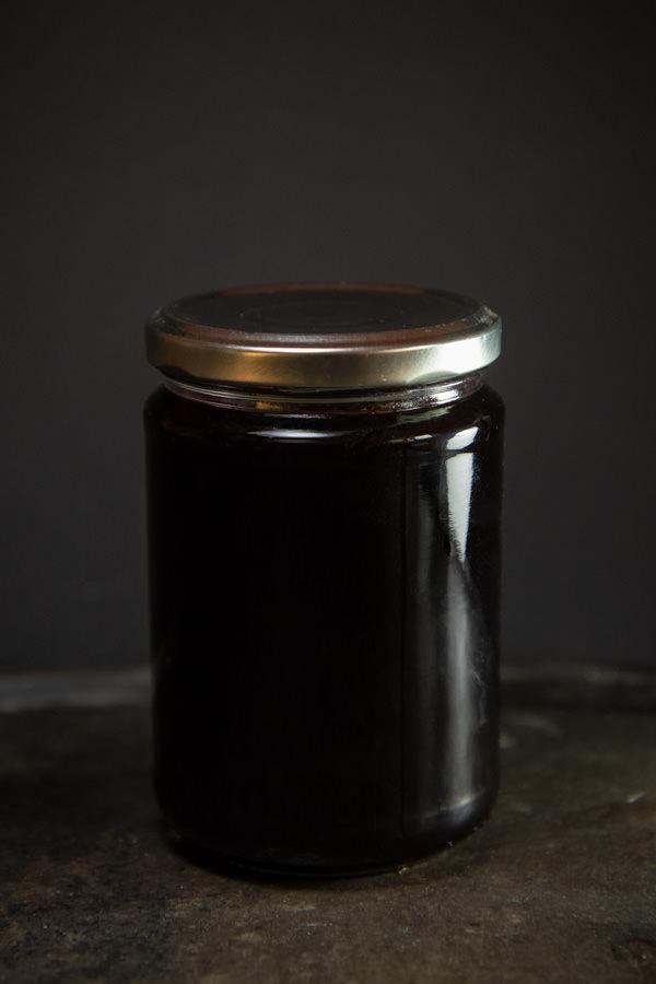 Ein Glas voll Holundergelee mit Eberesche nach dem angegebenen Rezept